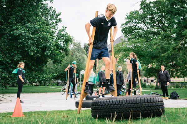 Dreng fra Kultur- og Idrætspiloterne på Idrætshøjskolen Aarhus går på stylter.